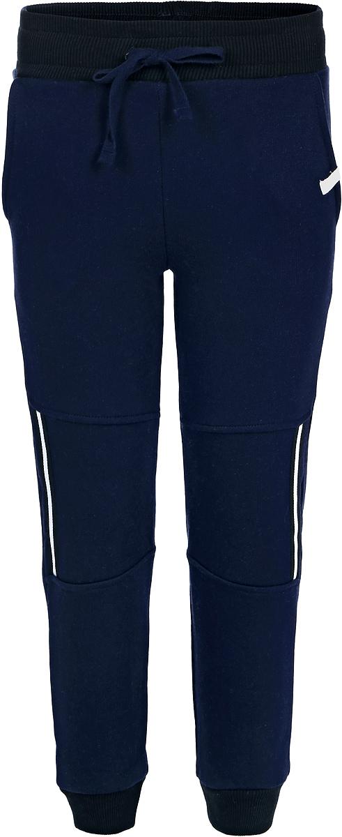 Брюки спортивные для мальчика Lets Go, цвет: синий. 10145. Размер 9810145Спортивные брюки для мальчика Lets Go выполнены из высококачественного материала. Пояс и низ брючин выполнены из трикотажной резинки. Спереди модель дополнена двумя карманами.