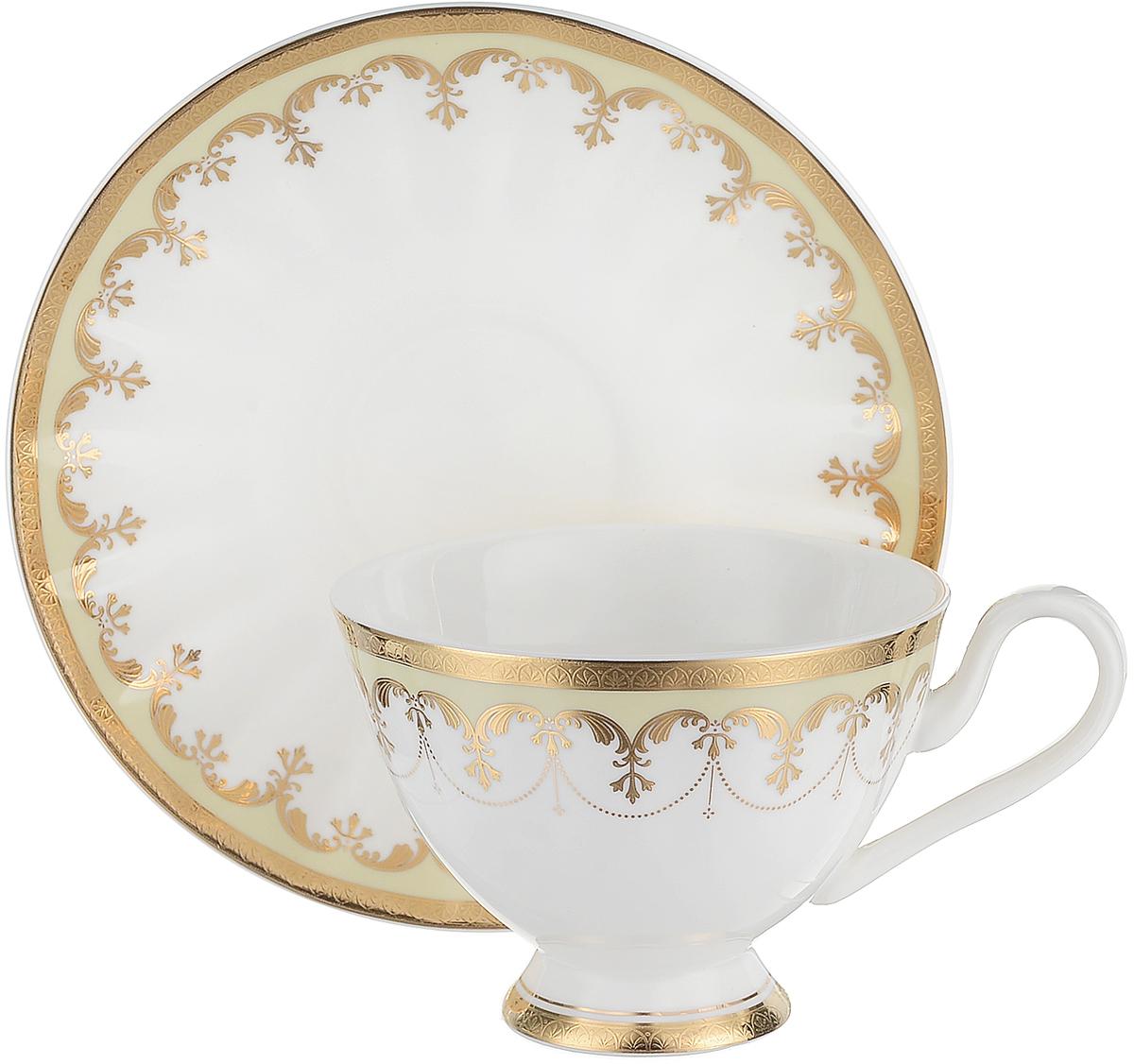 Чайная пара Royal Aurel Империал, 2 предмета231Чайная пара Royal Aurel Империал, выполненная из костяного фарфора, состоит из чашки и блюдца. Предметы набора имеют белую окраску с орнаментом. Изящный дизайн и красочность оформления придутся по вкусу и ценителям классики, и тем, кто предпочитает утонченность и изысканность.Чайная пара - идеальный и необходимый подарок для вашего дома и для ваших друзей в праздники, юбилеи и торжества! Он также станет отличным корпоративным подарком и украшением любой кухни.Все предметы сервизов упакованы в отдельные упаковки, что практически исключает возможность боя посуды.
