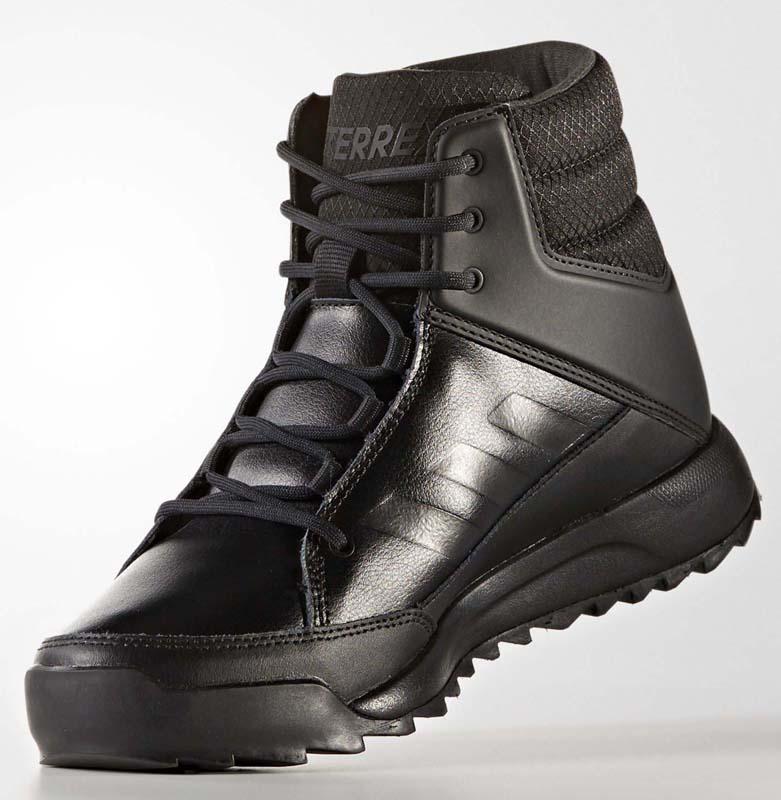 Ботинки женские Adidas Terrex Choleah Snea, цвет: черный. S80752. Размер 6,5 (38,5)S80752Женские ботинки от adidas, сочетающие в себе черты кроссовок и практичные функции ботинок. Материал с технологией Climawarm и утеплитель PrimaLoft эффективно согревают и сохраняют ощущение сухости. Рельефная резиновая подошва обеспечивает отличное сцепление с любыми поверхностями. Конструкция адаптирована под особенности женской стопы. Дышащая технология Climawarm сохраняет ноги в тепле и сухости.Верх из кожи с полиуретановым покрытием; мягкое текстильное голенище. Высокотехнологичный синтетический наполнитель Primaloft продолжает греть даже во влажном состоянии. Легкая упругая промежуточная подошва из ЭВА сохраняет свои свойства в течение длительного времени. Резиновая подошва Traxion и специальный глубокий протектор адаптированы для оптимального сцепления даже с мокрыми поверхностями.