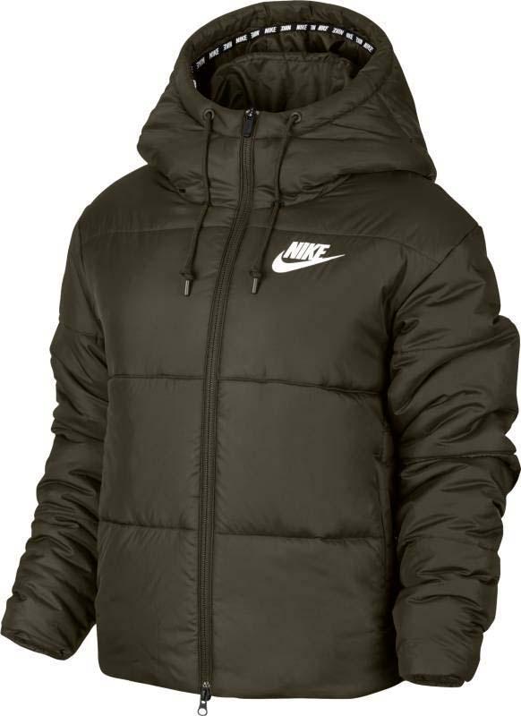 Куртка женская Nike Nsw Syn Fill Jkt Hd, цвет: хаки. 869258-325. Размер XS (40/42)869258-325Женская куртка Nike Sportswear Advance 15 не даст вам замерзнуть! Гладкий тканый материал, широкие отсеки с синтетическим наполнителем и регулируемый капюшон обеспечивают комфорт в холодную погоду. Синтетический наполнитель очень легкий и теплый. Капюшон состоит из нескольких панелей и дополнен утягивающим шнурком для регулировки объема. Молния по всей длине позволяет быстро снимать и надевать модель. Открытые карманы спереди предназначены для удобного хранения мелочей. Слева на груди нанесен принт с логотипом Nike. Эластичный кант на кромке с повторяющимся принтом Nike.