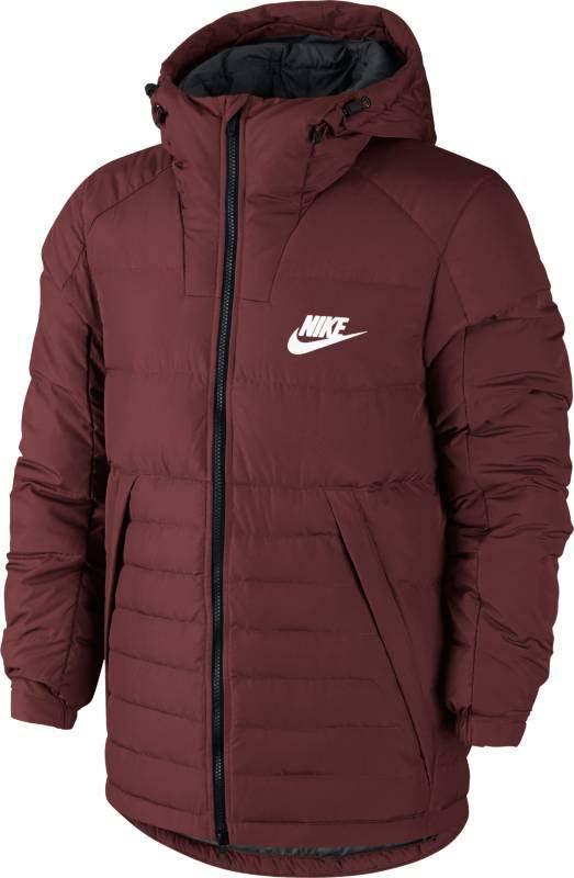 Куртка мужская Nike Sportswear Jacket, цвет: бордовый. 806855-619. Размер S (44/46)806855-619Мужская куртка Nike Sportswear выполнена из гладкого полиэстера с пуховым утеплителем. Материал отличается высокой стойкостью к истиранию, долговечностью и воздухопроницаемостью. Специальное влагоотталкивающее покрытие DWR, нанесенное на поверхность пуховика исключает проникновение влаги внутрь, эффективно защищая от осадков. В качестве внутреннего наполнения используется легкий утиный пух. Такой наполнитель отлично сохраняет тепло тела и препятствует проникновению внутрь холода, обеспечивая надежную защиту. Модель имеет свободную посадку и удобный крой с воротом-стойкой, втачанными рукавами и удлиненной спинкой, которая закрывает поясничный отдел. Капюшон оснащен регулируемым шнурком с фиксаторами, что позволяет регулировать объем капюшона и плотность его прилегания к голове, препятствуя проникновению холода внутрь. Спереди расположены удлиненные карманы на молниях для удобного хранения.