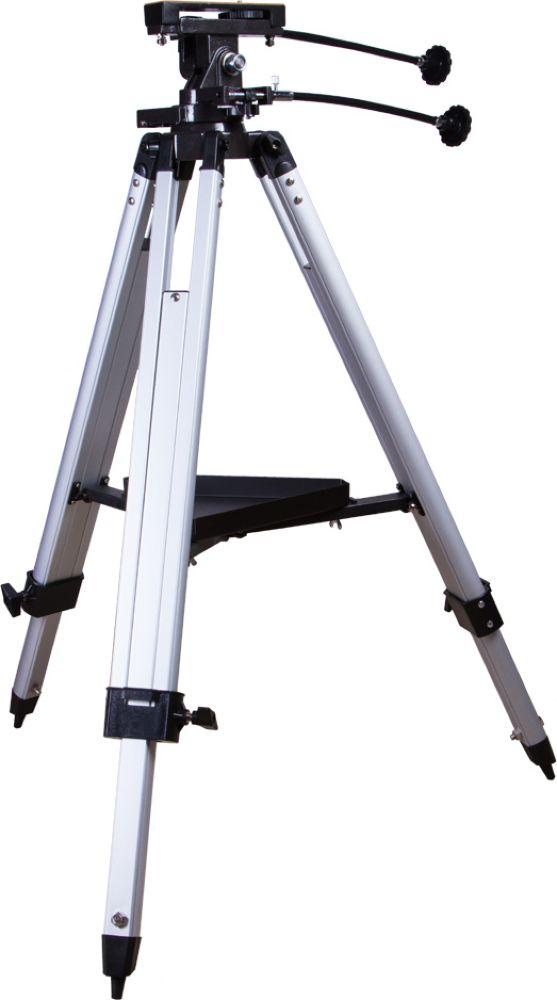 Sky-Watcher AZ3 монтировка с алюминиевой треногой68848Sky-Watcher AZ3 – надежная азимутальная монтировка с алюминиевой треногой. Эту модель можно использовать и для изучения объектов Солнечной системы, и для ландшафтных наблюдений. Монтировка подходит для установки легких телескопов и больше апертурных зрительных труб. Простое управление делает ее идеальным выбором для астрономов-новичков. Монтировка позволяет перемещать трубу по высоте и азимуту. Благодаря выверенной механике движение происходит плавно, без рывков. Для максимально точного наведения монтировка снабжена механизмами тонких движений по обеим осям. Прочная и в то же время легкая алюминиевая тренога обеспечивает стабильное положение монтировки с установленным на нее прибором. Тренога снабжена лотком для аксессуаров – это позволяет во время наблюдений держать дополнительные окуляры, фильтры и другие комплектующие под рукой. Комплектация:Монтировка AZ3. Тренога алюминиевая с лотком для аксессуаров. Ручки управления. Адаптер с крепежным гнездом 1/4 для установки оптического оборудования. Инструкция по эксплуатации и гарантийный талон.