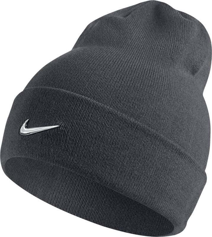Шапка Nike Nike Swoosh Beanie, цвет: темно-серый. 803734-021. Размер универсальный803734-021Шапка Nike Swoosh выполнена из теплой и мягкой акриловой пряжи и обеспечивает плотную и удобную посадку. Конструкция с отворотом создает классический вид и обеспечивает комфорт в прохладную погоду. Акриловые волокна дарят тепло и мягкость. Закрывает уши для оптимальной защиты от холода.