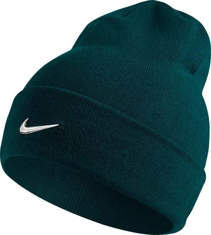 Шапка Nike Nike Swoosh Beanie, цвет: зеленый. 803734-332. Размер универсальный803734-332Шапка Nike Swoosh выполнена из теплой и мягкой акриловой пряжи и обеспечивает плотную и удобную посадку. Конструкция с отворотом создает классический вид и обеспечивает комфорт в прохладную погоду. Акриловые волокна дарят тепло и мягкость. Закрывает уши для оптимальной защиты от холода.