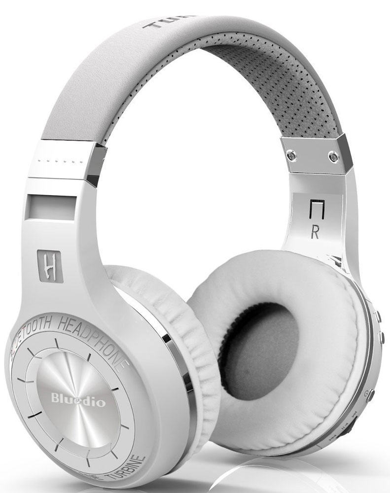 Bluedio HT, White беспроводные наушникиHT whiteБеспроводные наушники с микрофоном Bluedio HT можно подключать к мобильным устройствам благодаря технологии Bluetooth 4.1. Гарнитура работает от встроенного аккумулятора, которого хватит на 40 часов прослушивания музыки. Удобное широкое оголовье можно регулировать, а складная конструкция позволяет хранить или перевозить наушники в чехле. При желании их можно подключить к источнику аудио с помощью комплектного кабеля с разъемом 3.5 мм. Управление функциями осуществляется с помощью кнопок, расположенных на правой чашке наушников.