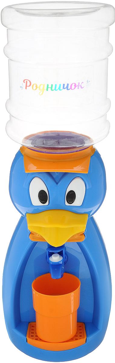 Мини-кулер для воды и сока Родничок Утка, цвет: голубой, 2 л111373Детский кулер - гениальное в своей простоте изобретение. Попробуйте подсчитать, сколько раз в день ваш ребенок просит дать ему попить? Многие родители уже приспособились к особенностям своих водохлебов и наливают сразу три напитка в три чашки, чтобы заранее угодить малышу. Некоторые покупают маленькие бутылки с водой и соки с трубочками, чтобы ребенок самостоятельно брал, что хочет, из кухонного шкафа и лишний раз не беспокоил родителей. Как часто мы задумываемся о том, чтобы поставить у себя дома кулер. Но не решаемся. Есть один недостаток: в обычный кулер не налить компот, сок, кисель или лимонад. Так же мы боимся, что ребенок нальет очень холодную или горячую воду. Бутылка легко снимается, моется и наполняется чем угодно, объем 2,0 литра. Кулер полностью механический, никаких проводов и электричества, так что можно спокойно ставить в детскую. За счет конструкции в напиток или воду не попадет пыль. В набор входит: кулер, бутылка на 2 л, стакан.