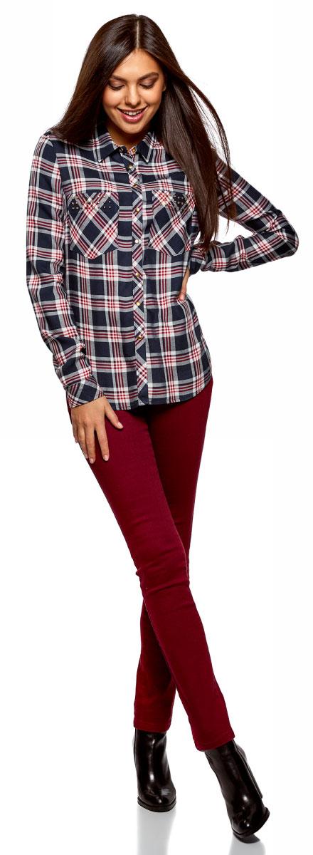 Рубашка женская oodji Ultra, цвет: темно-синий, кремовый. 13L01001/47352/7930C. Размер 44 (50-170)13L01001/47352/7930CСтильная женская рубашка, выполненная из качественной вискозы, отлично дополнит ваш гардероб. Модель с отложным воротником и длинными рукавами застегивается спереди на кнопки. Рубашка дополнена нагрудными карманами, декорированными металлическими клепками.