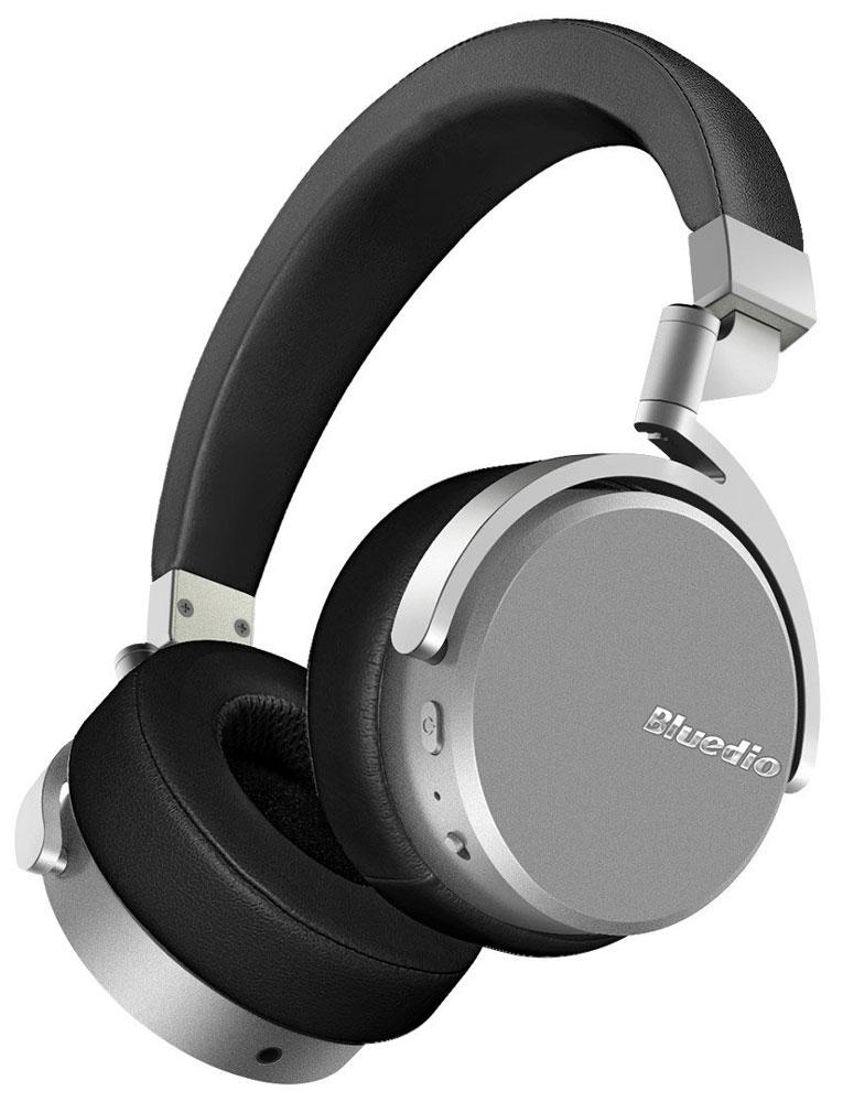 Bluedio Vinyl, Black беспроводные наушникиVinyl blackБеспроводные наушники с микрофоном Bluedio Vinyl можно подключать к мобильным устройствам благодаря технологии Bluetooth 4.1. Гарнитура работает от встроенного аккумулятора, которого хватит почти на целые сутки прослушивания музыки. Удобное широкое оголовье можно регулировать, а складная конструкция позволяет хранить или перевозить наушники в чехле. При желании их можно подключить к источнику аудио с помощью комплектного кабеля с разъемом 3.5 мм. Управление функциями осуществляется с помощью кнопок, расположенных на правой чашке наушников.