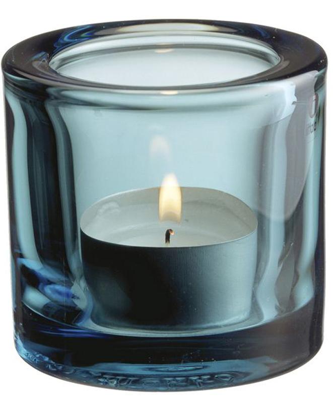 Подсвечник Iittala Kivi, цвет: голубой, диаметр 6 см1007148Для создания этих драгоценных хранителей света требуется отличное знание о стекле. Цвет и толщина стекла обогащает и рассеивает свет свечи. Широкая цветовая гамма позволяет создать коктейль из различных цветов, создавая нужное настроение.