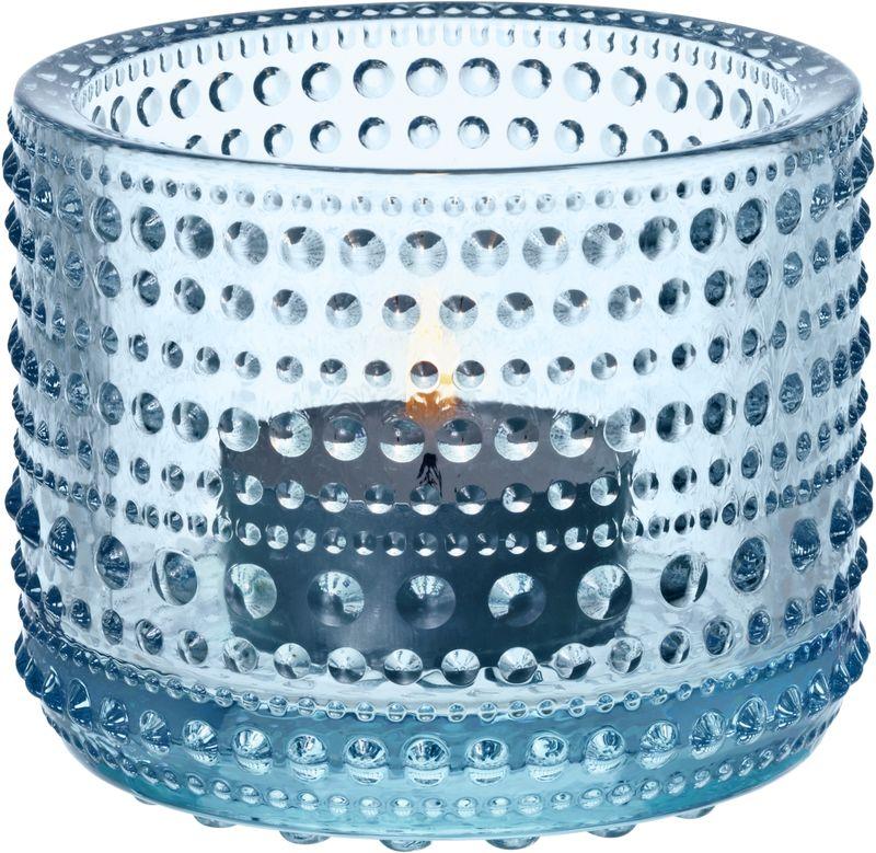 Подсвечник Iittala Kastehelmi, цвет: светло-синий, диаметр 6,4 мм1007585Ассортимент Kastehelmi это изделия из стекла, которые были созданы в 1964 году. Чтобы отпразновать 50-летие сотрудничества с финским художником по цветному стеклу Ойва Тойкка компания Iittala в 2010 году отобрала наиболее популярные его работы. Тойкка решил проблему как скрыть дефекты серийного производства стеклянных предметов. Так появилась идея украсить продукцию капельками стекла.
