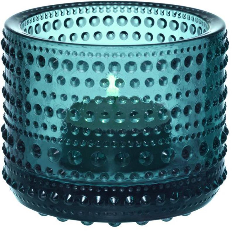 Подсвечник Iittala Kastehelmi, цвет: бирюзовый, диаметр 6,4 мм1007725Ассортимент Kastehelmi это изделия из стекла, которые были созданы в 1964 году. Чтобы отпразновать 50-летие сотрудничества с финским художником по цветному стеклу Ойва Тойкка компания Iittala в 2010 году отобрала наиболее популярные его работы. Тойкка решил проблему как скрыть дефекты серийного производства стеклянных предметов. Так появилась идея украсить продукцию капельками стекла.