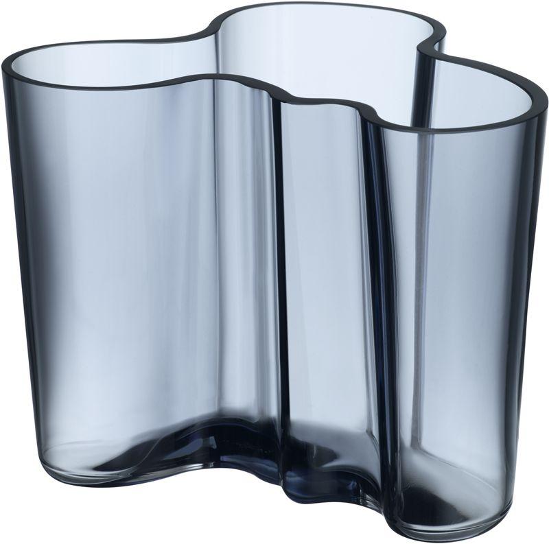 Ваза Iittala Aalto, цвет: синий, 12 см1007823Каждая ваза выполняется вручную из выдувного стекла. На стадии производства один предмет проходит семь мастеров, 12 этапов работы, на изготовление одного предмета требуется 30 часов работы и температура не ниже 1100 градусов Цельсия. Благодаря ручному производству каждая ваза получается уникальной, не похожей на своих аналогичных собратьев.
