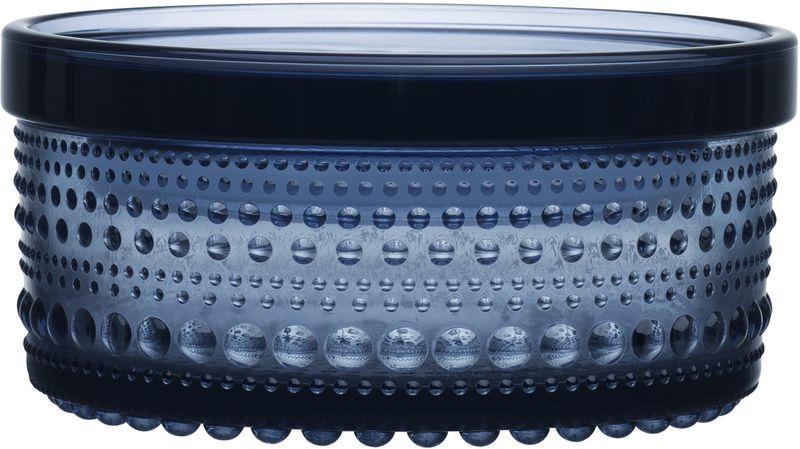 Ваза Iittala Kastehelmi, цвет: синий, 11,6 х 5,7 см1019571Ассортимент Kastehelmi это изделия из стекла, которые были созданы в 1964 году. Чтобы отпразновать 50-летие сотрудничества с финским художником по цветному стеклу Ойва Тойкка компания Iittala в 2010 году отобрала наиболее популярные его работы. Тойкка решил проблему как скрыть дефекты серийного производства стеклянных предметов. Так появилась идея украсить продукцию капельками стекла.