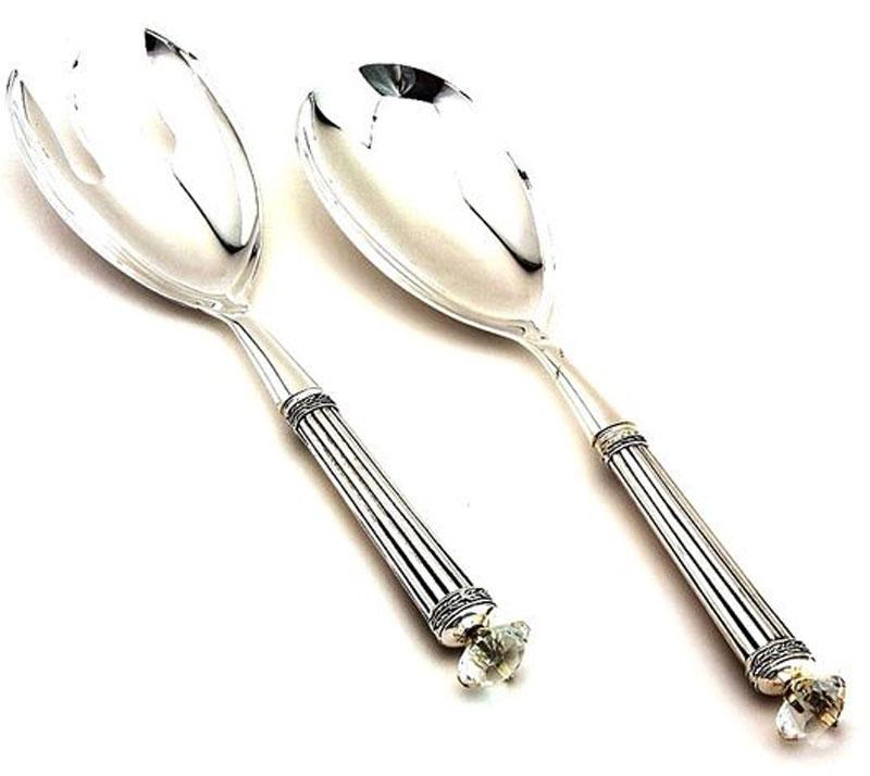 Набор сервировочный Marquis, 2 предмета. 8015-MR8015-MRНабор сервировочный Marquis - комплект, который идеально подойдет для порционной сервировки салатов и горячих блюд, в том числе спагетти. Благодаря своей универсальности и оригинальному дизайну он займет достойное место на любом столе.Основной материал - нержавеющая сталь с никель-серебряным покрытием. Она надежно защищена от коррозии, не влияет на вкусовые качества пищи и легко очищается от загрязнений.Черпаки имеют классическую форму; они большие, поэтому захватить достаточное количество пищи за один раз не составит труда. Рукоятки украшены декоративными кристаллами, что придает комплекту особую роскошь и изящество. Рекомендуется протирать изделия влажной тряпочкой без использования абразивных средств.