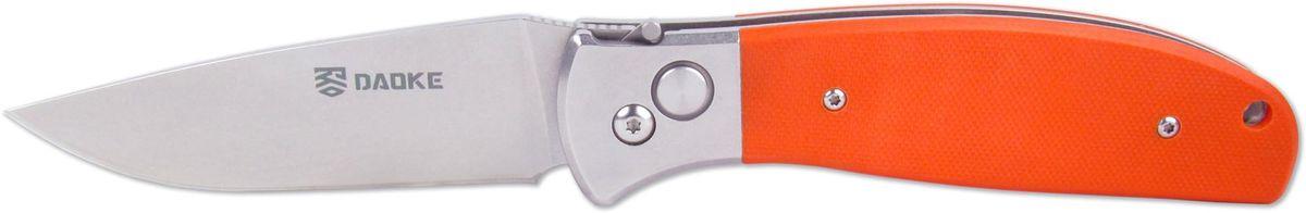 Нож автоматический Daoke, цвет: оранжевый, длина клинка 8,9 смD210oАвтоматический нож Daoke крайне популярен среди рыбаков и походников. Одними из главных преимуществ данного ножа являются удобство использования, простота и скорость открытия одной рукой. Лезвие с классической для складных ножей заточкой имеет толщину обуха 2,5 миллиметра, что обеспечивает качественный рез любых материалов. Клинок изготовлен из популярной у мировых ножевых брендов стали 440C, с достойной твердостью 59-60 HRC. Автоматика ножа представлена надежным механизмом фиксации и выброса клинка. Кнопка выброса утоплена в ручку, что предотвращает случайное раскрытие ножа в кармане или в походном рюкзаке. Рукоятка имеет отверстие под темляк и оснащается накладками из современного противоударного, влагостойкого оранжевого стеклопластика G10. Надежная клипса, расположенная у осевого винта, утоплена в накладку рукояти, что лишь добавляет стиля и эстетики. Нож упакован в картонную коробку, которая также содержит сертификат и бархатистый черный чехол с логотипом Daoke, благодаря чему D210о отлично подойдет в качестве подарка.