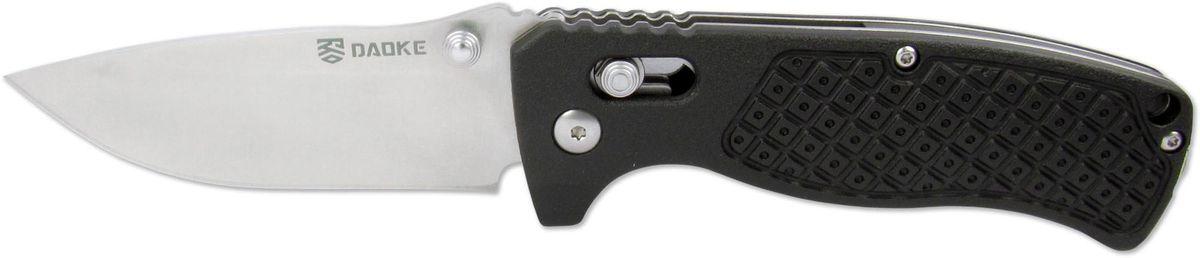 Нож складной Daoke, цвет: черный, длина клинка 8,5 см. D504bD504bDaoke D504b - складной нож EDC серии. Его преимущества это: компактность, а так же универсальность при ношении и использовании. Широкий клинок, выполненный из прочной стали марки 440С (твердость 59 HRC), с легкостью нарежет продукты или настрогает колышки для палатки. Накладки рукояти черного цвета выполнены из сверхнадежного и современного материала G10. Продуманная конструкция замка-фиксатора axis lock предотвратит случайное закрытие. Благодаря эргономичной форме рукояти, нож прочно удерживается рукой и является ее логичным продолжением.