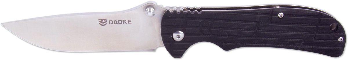 Нож складной Daoke, цвет: черный, длина клинка 8,9 см. D505bD505bНож Daoke - туристический вариант складного ножа. Помимо стали 440С его отличительной чертой будет плашка на рукояти, выполненная из стекловолокна G10 на одной стороне, с другой стороны рукояти имеется клипса для удобного ношения. Нож оснащен надежным фиксатором Frame Lock. Прочный клинок имеет клиновидную заточку, при которой спуски идут непосредственно от обуха до режущей кромки. Благодаря этому нож обладает высокими показателями реза.