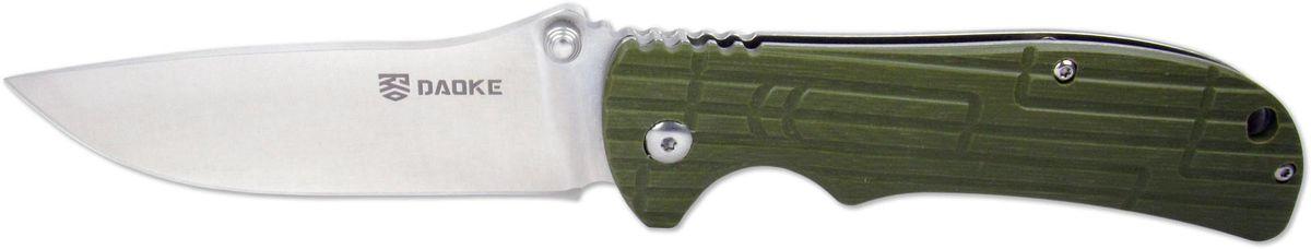 Нож складной Daoke, цвет: зеленый, длина клинка 8,9 см. D505gD505gD505g - туристический вариант складного ножа от бренда Daoke. Помимо стали 440С, отличительной чертой данного ножа будет плашка на рукояти, выполненная из стекловолокна G10 на одной стороне, с другой стороны рукояти имеется клипса для удобного ношения. Нож оснащен надежным фиксатором frame lock. Пластина frame lock обычно массивнее, чем liner lock, из-за чего замок считается надежней. Кроме того, пластину, не спрятанную внутри рамы, значительно легче нащупать пальцем при складывании ножа. Данный нож имеет накладку рукояти зеленого цвета. Также доступны черная и ярко-оранжевая расцветки.