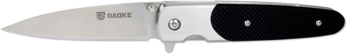 Нож складной Daoke, цвет: черный, длина клинка 8,9 см. D514bD514bЛюбителям ножей флипперов (Flipper - плавник) придется по душе нож Daoke. Этот складной нож выполнен из прочной нержавеющей стали марки 440С. Клинок имеет заточку от обуха. Daoke прекрасно подойдет для городского ношения. Нож сверхкомпактен, к тому же оснащен клипсой для скрытого ношения. Плавник является небольшим упором, предотвращающим соскальзывание пальцев при резе. В качестве фиксатора используется надежный замок Frame Lock. Нож поставляется в картонной коробке и комплектуется чехлом.