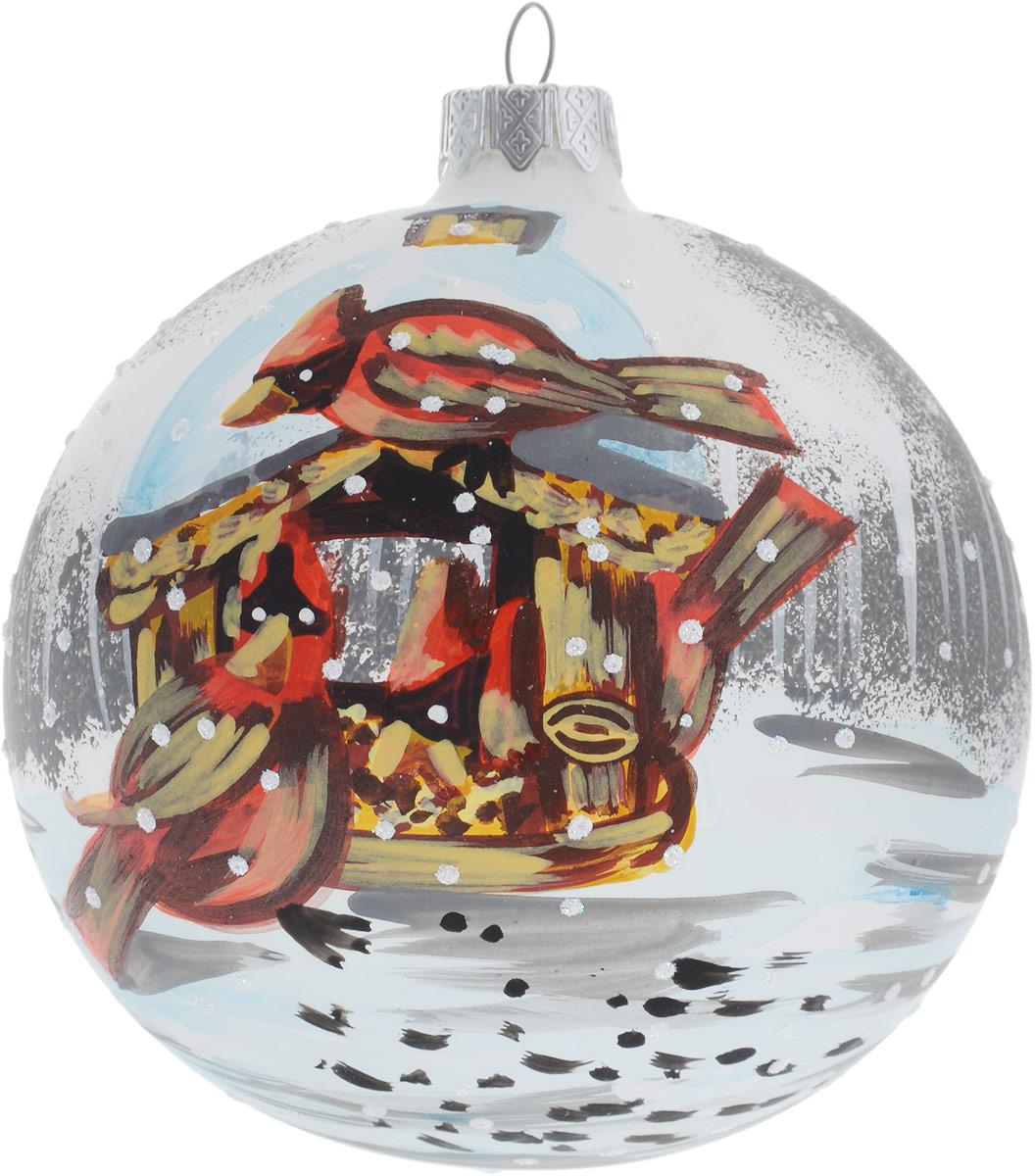 """Новогоднее подвесное украшение ручной работы """"Птицы у кормушки"""" отлично подойдет для декорации вашей новогодней ели. Изделие  подвешивается с помощью петельки.  Елочная игрушка - символ Нового года. Она несет в себе волшебство и красоту праздника. Такое  украшение создаст в вашем доме атмосферу праздника, веселья и радости. Изделие упаковано в подарочную упаковку.  Диаметр: 10 см"""