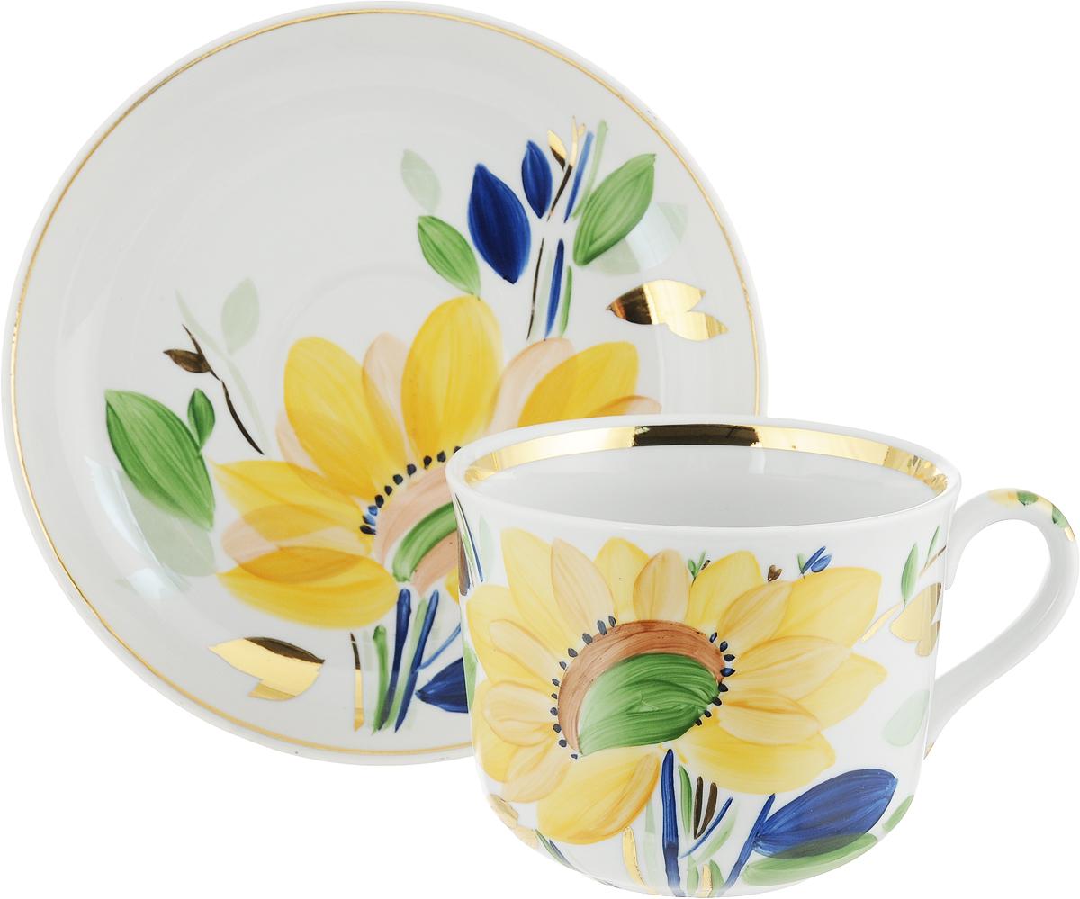 Чайная пара Дулевский Фарфор Ностальгия. Летнее утро, 2 предмета. 075372075372Чай будет еще вкуснее, если пить его из изящной фарфоровой чашки, чья красота подчеркнута блюдцем в том же стиле. Чайная пара - с красочным цветочным рисунком на белом фоне - должна отличаться не только привлекательным внешним видом, но и практичностью. Вы можете пользоваться ею дома или на работе, позволяя себе немного расслабиться и освежить мысли. Дулевский фарфоровый завод - одно из самых крупных российских предприятий по производству русского фарфора, акцент в котором делается на самобытной русской росписи, народном творчестве, национальные особенности и традиции, в результате чего родился неповторимый дулевский стиль. Фарфор отличается благородной простотой, добротностью и высоким качеством. Украсьте вашу кухню чашкой с блюдцем от Дулевского фарфорового завода!И ваше рядовое чаепитие, либо обыкновенный обед превратятся в приятную церемонию, которую захочется повторить снова и снова.
