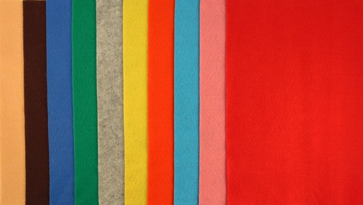 Фетр декоративный Рукоделие 180 г,1 мм, АССОРТИ №1, 10 штFLT-SA1-1Фетр (разновидность войлока, который представляет собой спрессованные натуральные или синтетические волокна) является достаточно прочным и эластичным материалом для рукоделия.Материал во время разрезания ножницами не крошится, не требует дополнительной обработки краев. Поверхность фетра абсолютно одинакова с обеих сторон. Широкая цветовая гамма дает возможность подобрать материал для воплощения самых различных дизайнерских решений и задумок. Декоративный фетр используется для создания различных декоративных элементов: бус, браслетов и заколок для волос, декора для мебели, ковриков, диванных подушек, кашпо для цветов, подставок под горячее, рамок для фотографий, модных сумок и т.д. Состав: 100% полиэстер Полиэстер – довольно прочный материал, который прекрасно держит форму, обладает хорошей износостойкостью, не мнется, сохраняет цвет (не линяет, не выгорает).