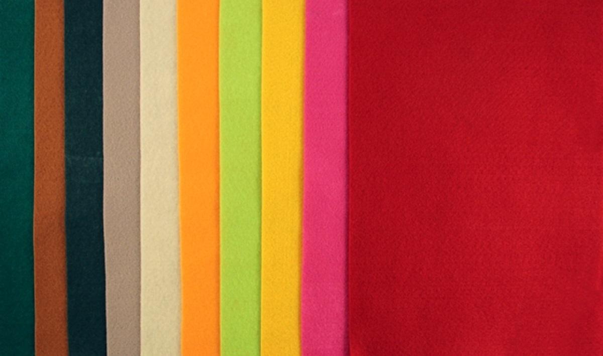 Фетр декоративный Рукоделие 180 г,1 мм, АССОРТИ №2, 10 штFLT-SA1-2Фетр (разновидность войлока, который представляет собой спрессованные натуральные или синтетические волокна) является достаточно прочным и эластичным материалом для рукоделия. Материал во время разрезания ножницами не крошится, не требует дополнительной обработки краев. Поверхность фетра абсолютно одинакова с обеих сторон. Широкая цветовая гамма дает возможность подобрать материал для воплощения самых различных дизайнерских решений и задумок.Декоративный фетр используется для создания различных декоративных элементов: бус, браслетов и заколок для волос, декора для мебели, ковриков, диванных подушек, кашпо для цветов, подставок под горячее, рамок для фотографий, модных сумок и т.д.Состав: 100% полиэстерПолиэстер – довольно прочный материал, который прекрасно держит форму, обладает хорошей износостойкостью, не мнется, сохраняет цвет (не линяет, не выгорает).