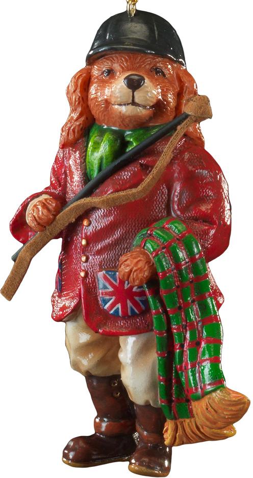 Украшение для интерьера новогоднее Erich Krause Собака-жокей, 11 см43879Необычное украшение в виде собаки-жокея - отличное решение для елочного декора Года Собаки. Яркий костюм, подчеркнутый британскими флагами на карманах, и хлыст, выполненный из замши, добавляют образу элегантности. Каждое изделие находится в полибэге,