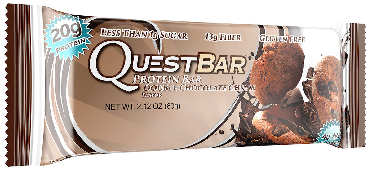 Батончик протеиновый Quest Nutrition QuestBar, печенье с шоколадной крошкой, 60 гQUEST-QB1P-DOCCQuestBar – батончик, по праву заслуживший звание протеиновый батончик №1 в мире. В чем секрет успеха? QuestBar – отличная заменатортов, пирожных и прочих сладостей. Он вкуснее и, в отличие от тортов, полезен для вашей фигуры и вашего здоровья.20 г протеина исключительно из самых дорогих и самых качественных источников: изолята сывороточного и изолята молочного белка. Всего 5 граммов активных углеводов: в батончиках Quest используется совершенно новый современный инновационный ингредиент –растворимые пищевые волокна кукурузы. Он благотворно влияет на метаболизм и пищеварение, не дает организму ненужные углеводы икалории. Не вызывает резкого роста уровней сахара и инсулина при усвоении. В процессе перемещения по желудочно-кишечному трактурастворимые пищевые волокна под воздействием бактерий превращаются в короткоцепочечные жирные кислоты и усваиваются в толстомкишечнике. Таким образом вы не получаете бесполезные активные углеводы. Контролируйте углеводы для достижения вашей цели! Quest – первые батончики, которые вы можете есть, не испытывая угрызений совести. QuestBar – это оптимальное количество жиров из естественных источников. Никаких транс-жиров! Практически полное отсутствие насыщенныхжиров. Только то, что необходимо для здоровья! В состав QuestBar входят настоящие фрукты, ягоды и орехи (источник чистых полезныхжирных кислот)! Таким образом те 1-2 грамма простых углеводов (Sugars), которые присутствуют в QuestBar, – именно из этих натуральныхисточников! Никакого сахара! Добавлено настоящее пальмовое масло, полезное, не имеющее ничего общего с транс-жирами (производится непосредственно из мякоти плодов).Превосходит другие масла тем, что не окисляется и сохраняет структуру при нагревании (батончик можно подогреть или использовать ввыпечке). Использованы подсластители: стевия, эритритол, сукралоза. Стевия – это растение, экстракт которого в 150 раз слаще сахара, не повыш