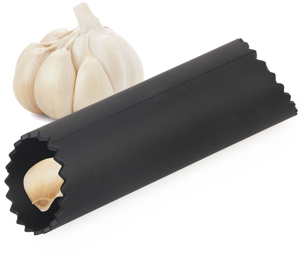 Очиститель для чеснока FidgetGo Круг, силиконовый, цвет: черный, 13 х 3,7 см2212345678135Чистить чеснок всегда было утомительным и неприятным делом для любой хозяйки,т.к. шелуха постоянно прилипает к рукам. На помощь в таких ситуациях приходят гаджеты для кухни, которые значительно облегчают труд во время приготовления блюд. Например, простое, но очень функциональное приспособление для чистки чеснока, которое в считанные минуты поможет очистить чеснок в любом объеме. Это приспособление – это силиконовая трубка для чистки чеснока не так давно появилась на рынке, но уж начинает набирать обороты.Силиконовый очиститель очень мягкий и приятный на ощупь. Пользоваться им очень просто! Поместите зубчики чеснока в трубку и покатайте по столу, затем выньте уже очищенный чеснок, шелуха останется в трубочке. Мыть и сушить это приспособление очень легко! Благодаря отверстию в трубке, его можно подвешивать на крючок.
