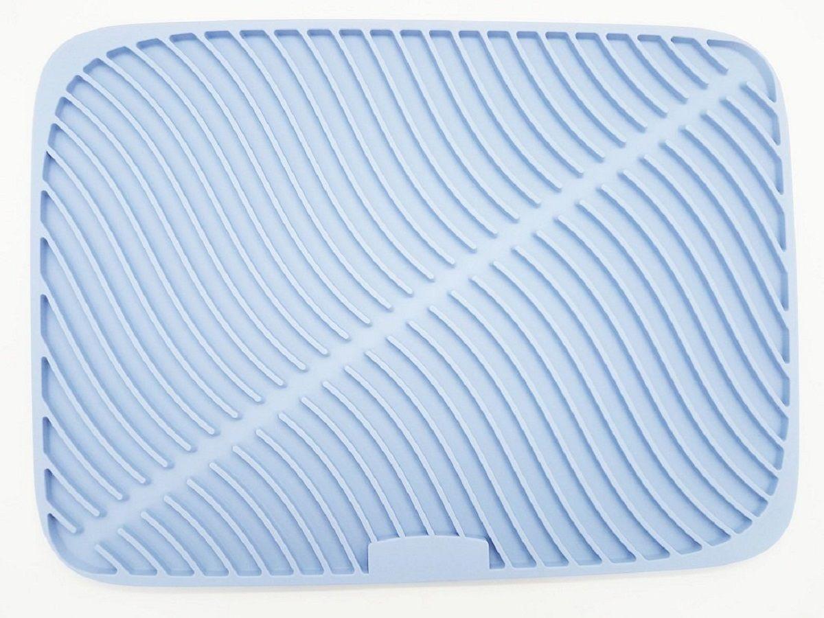 Мат для сушки посуды FidgetGo, силиконовый, цвет: голубой, 31,8 х 43,8 х 0,9 см2212345678166Мыть посуду – не самое любимое занятие у подавляющего большинства людей. Но если от этой обязанности никуда не деться, то следующим шагом – вытирать ее, многие из нас пренебрегают. В результате мы убираем тарелки и чашки со стекающей с них водой прямиком в кухонный шкаф, что со временем приводит к набуханию и деформации дерева. Подставки для сушки не до конца справляются с задачей удаления избытка влаги, а приобретение посудомоечной машины может позволить себе далеко не каждый. Выход из ситуации есть – специальный коврик для сушки посуды.Силиконовый коврик –предназначен для сбора стекающей с посуды воды. Такая модель имеет рельефную поверхность (с выпуклым рисунком в виде полосок.). За счет этого вода скапливается в его углублениях, что обеспечивает полное высыхание посуды. Затем жидкость просто сливается, и можно продолжать пользоваться девайсом.