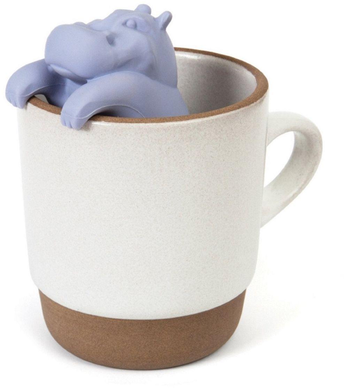 Ситечко для чая FidgetGo Бегемот, цвет: серый2212345678925Это именно то, что нужно для холодных дней - заварник для чая в видеочаровательного бегемота. Просто засыпьте чай внутрь, налейте кипяток вчашку, опустите заварник и через пару минут у вас будет готов ароматный ивкусный чай. Теперь вам не нужны большие заварочные чайники. Милыйбегемот подарит вам чудесное настроение в любую погоду и пускай весь мирподождет.