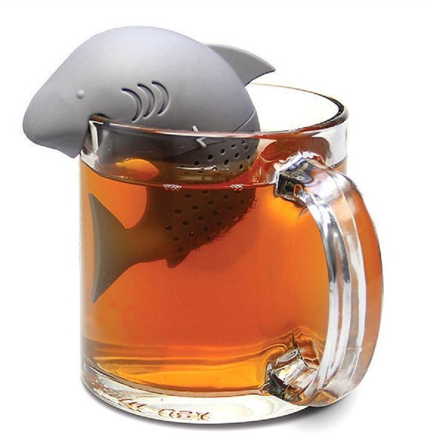 Ситечко для чая Fidget Go Акула, цвет: серый2212345678930Современные кухонные аксессуары яркие и удобные, отлично приживаются нетолько дома, но и в офисе. Небольшая емкость из пищевого силикона служитдля заваривания листового чая прямо в кружке, задерживает чаинки, помогаетобойтись без надоевших чайных пакетиков и радует забавным дизайном.