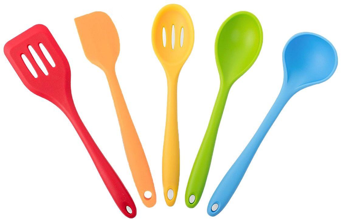 Набор кухонных принадлежностей FidgetGo Радуга, 5 предметов2212345678946Удобный набор кухонных принадлежностей выполнен из металлической основы, покрытой термостойким силиконом. Набор включает в себя половник, ложка для перемешивания продуктов, шумовку, лопатка с прорезями и лопатка-шпатель. Все приборы подходят для использования с любым типом посуды и позволяют не царапать антипригарное покрытие посуды.Силикон выдерживает температуры от - 40°С до 230°С, не впитывает посторонние запахи и обладает грязеотталкивающими свойствами. Этот набор кухонных принадлежностей можно мыть в посудомоечной машине. Наличие вешалки позволит разместить приборы в удобном для вас месте. Удобный набор кухонных принадлежностей выполнен из металлической основы, покрытой термостойким силиконом. Набор включает в себя половник, ложка для перемешивания продуктов, шумовку, лопатка с прорезями и лопатка-шпатель. Все приборы подходят для использования с любым типом посуды и позволяют не царапать антипригарное покрытие посуды.Силикон выдерживает температуры от - 40°С до 230°С, не впитывает посторонние запахи и обладает грязеотталкивающими свойствами. Этот набор кухонных принадлежностей можно мыть в посудомоечной машине. Наличие вешалки позволит разместить приборы в удобном для вас месте.