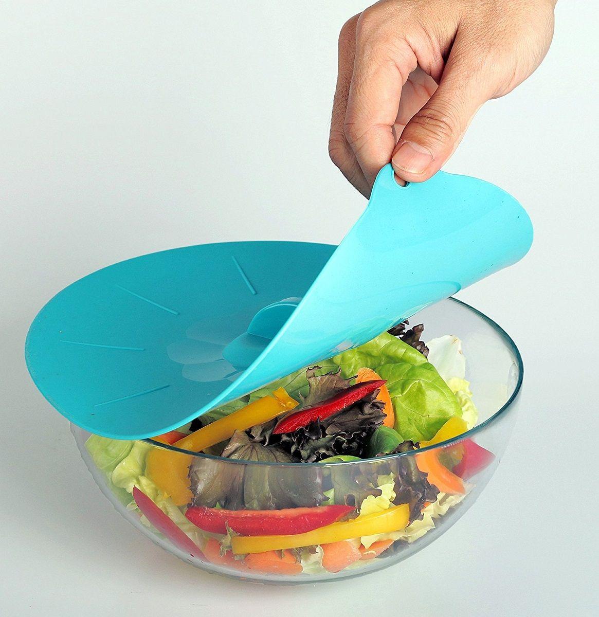 Набор крышек для банок FidgetGo, силиконовые, цвет: голубой, 4 шт2212345678948Силиконовые крышки для посуды разного размера герметично закроют сковороды, кастрюли, тарелки, салатники, баночки и стаканы диаметром от 13 до 30 см. Главное, чтобы у любой из вышеперечисленной посуды края были ровными, без сколов и носиков.Так же отлично с ними варить или тушить блюда на очень малом огне, достигается эффект русской печи. Моются легко, никаких замачиваний не требуют, достаточно использовать губку и моющее неабразивное средство или в посудомоечной машине. Они компактны и удобны при хранении.Силикон – инертный материал, который абсолютно безвреден для здоровья, выдерживает температуру от -40 до +230 градусов, поэтому подходит для варки и жарки, для выпечки, запекания и для замораживания.