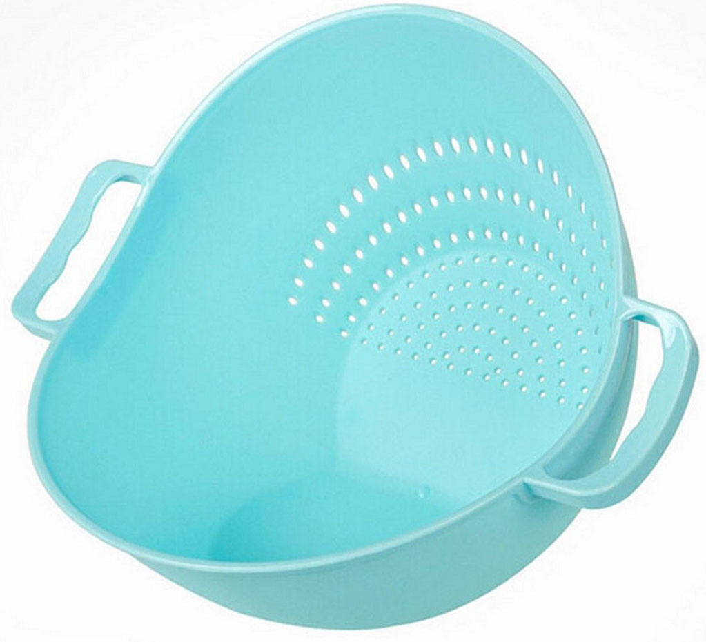 """Миска дуршлаг """"Тусет"""" - это необычная кухонная пластиковая емкость 2 в 1, у которой два дна. Ставите на одно - у вас вместительная миска для продуктов. Ставите на другое - у вас дуршлаг для промывания продуктов.  Замысел прост и прекрасен: не надо перекладывать промытые продукты в другую посуду. Наклонили """"Тусет"""" к ситу - промыли, наклонили в другую сторону - продукты в миске и можно продолжить их обработку.  Размеры: 26 х 22 х 18 см. Объем: 2 л. Вес: 150 г."""
