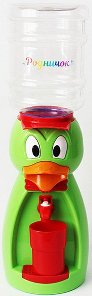Мини-кулер для воды и сока Родничок Утка, цвет: зеленый, 2 л111369Детский кулер - гениальное в своей простоте изобретение. Попробуйте подсчитать, сколько раз в день ваш ребенок просит дать ему попить? Многие родители уже приспособились к особенностям своих водохлебов и наливают сразу три напитка в три чашки, чтобы заранее угодить малышу. Некоторые покупают маленькие бутылки с водой и соки с трубочками, чтобы ребенок самостоятельно брал, что хочет, из кухонного шкафа и лишний раз не беспокоил родителей. Как часто мы задумываемся о том, чтобы поставить у себя дома кулер. Но не решаемся. Есть один недостаток: в обычный кулер не налить компот, сок, кисель или лимонад. Так же мы боимся, что ребенок нальет очень холодную или горячую воду. Бутылка легко снимается, моется и наполняется чем угодно, объем 2,0 литра. Кулер полностью механический, никаких проводов и электричества, так что можно спокойно ставить в детскую. За счет конструкции в напиток или воду не попадет пыль. В набор входит: кулер, бутылка на 2 л, стакан.