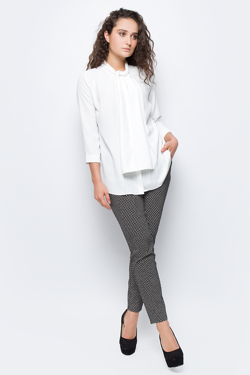 Блузка женская adL, цвет: молочный. 11533259000_019. Размер S (42/44)11533259000_019Стильная блузка adL выполнена из плотного полиэстера. Модель свободного кроя с рукавами длиной 3/4 и круглым вырезом горловины застегивается на пуговку. Горловина оформлена декоративными завязками, которые можно оформить в объемный бант или оставить распущенными, имитируя шарф. В такой блузке вы будете выглядеть эффектно и модно.
