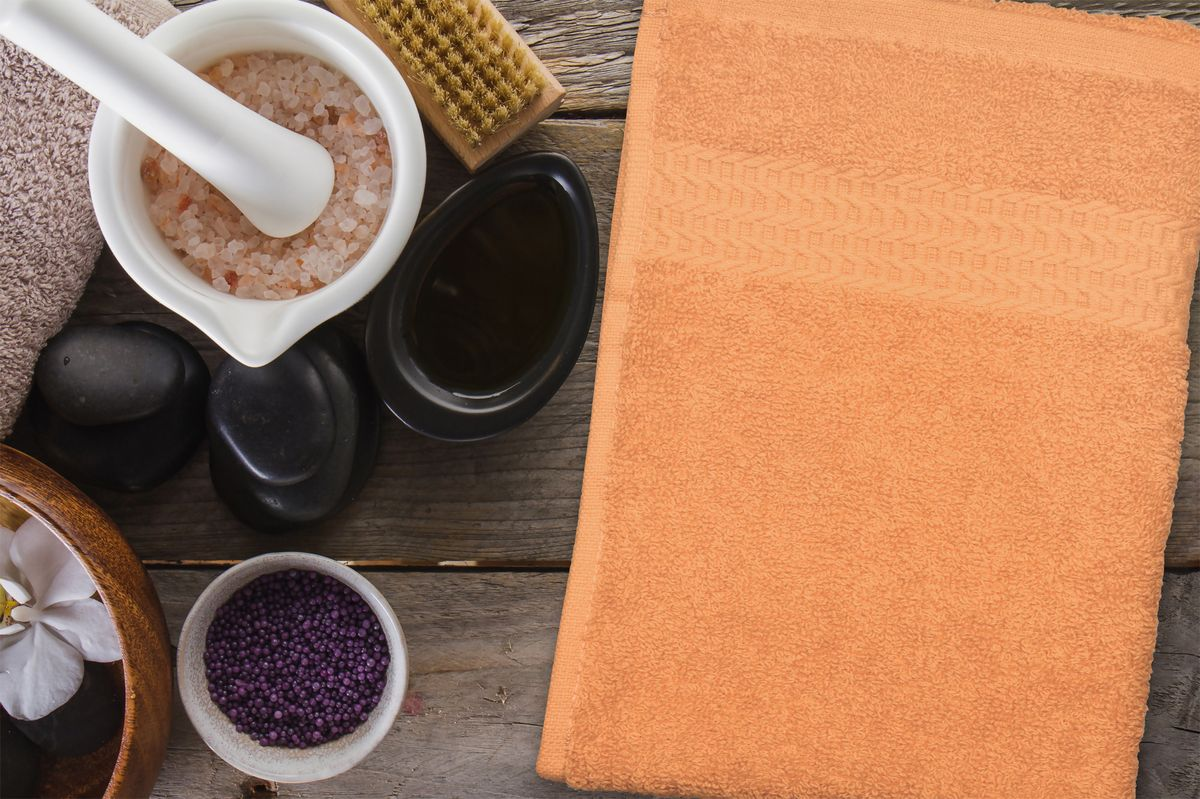 Полотенце Amore Mio AST Clasic, цвет: оранжевый, 70 х 140 см89579Полотенца Amore Mio - это высокое качество, мягкость и впитываемость. Разнообразие цветовой гаммы и размеров позволит Вам создать современный яркий интерьер Вашей ванной комнаты. Полотенца производятся из 100% хлопка высочайшего качества. Дополнительная обработка (мерсеризация) делает их мягкими и пушистыми. Изделие декорировано фактурным геометрическим узором в цвет основного полотна и обрамлено жаккардовым бордюром. Размерный ряд: 30*70 см; 50*90 см; 70*140 см.