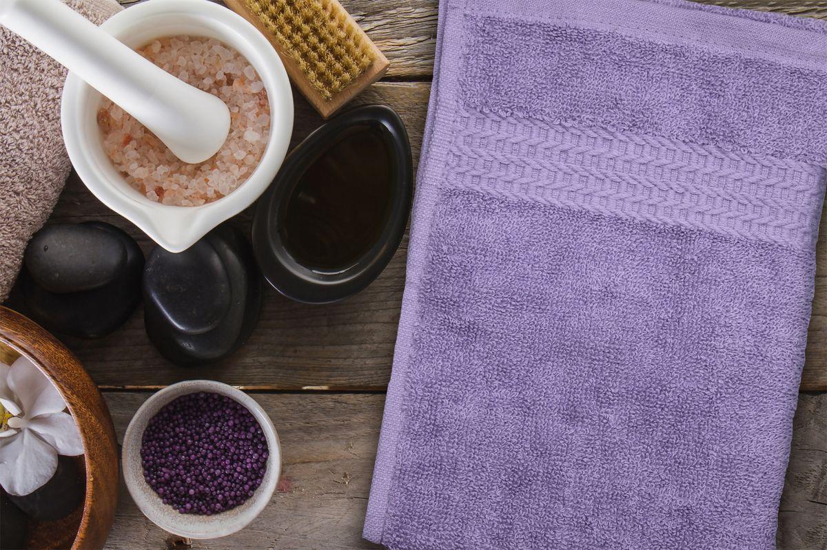 Полотенце Amore Mio AST Clasic, цвет: фиолетовый, 70 х 140 см89580Полотенца Amore Mio - это высокое качество, мягкость и впитываемость. Разнообразие цветовой гаммы и размеров позволит вам создать современный яркий интерьер вашей ванной комнаты. Полотенца производятся из 100% хлопка высочайшего качества. Дополнительная обработка (мерсеризация) делает их мягкими и пушистыми. Изделие декорировано фактурным геометрическим узором в цвет основного полотна и обрамлено жаккардовым бордюром.