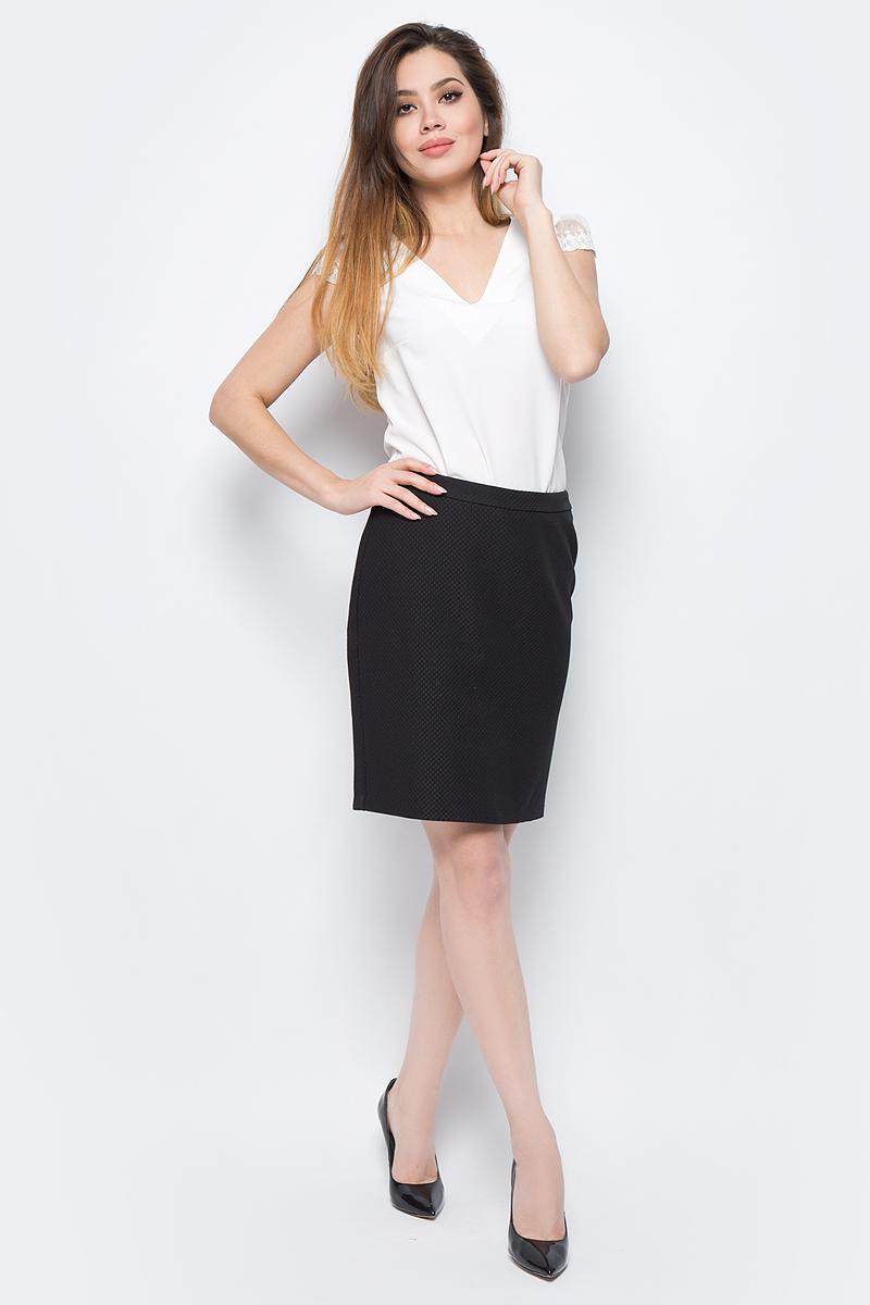 Блузка женская adL, цвет: бежевый. 11529625002_019. Размер XS (40/42)11529625002_019Лаконичная блузка adL выполнена из полиэстера. Модель свободного кроя с короткими гипюровыми рукавами и V-образным вырезом горловины. На спинке изделие застегивается на пуговицу. В такой блузке вы будете выглядеть стильно и элегантно.