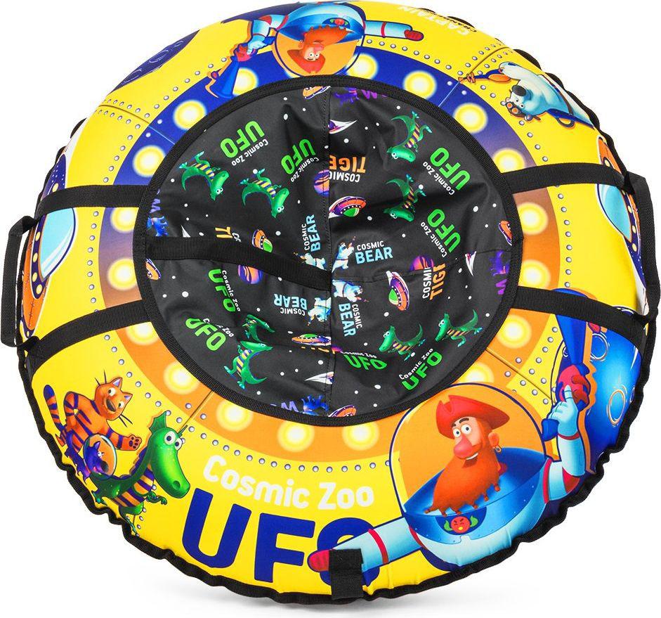 Тюбинг Small Rider Cosmic Zoo UFO. Капитан Клюква, цвет: желтый, 95 см1085277Настоящее игрушечное НЛО.Это настоящая космическая летающая тарелка, на которой можно совершать полеты со снежных горок. Веселые персонажи Космического Зоопарка - волк, тигренок, динозаврик и медвежонок прилетели с планеты Мегарион, чтобы поиграть с Вашим малышом и прокатить на летающей тарелке. Яркие, красивые цвета надувных санок будут красиво смотреться на горке. Дизайн имеет все атрибуты настоящей летающей тарелки - аллюминаторы, обшивку. Для большей схожести нарисованы планеты и летающей корабли. Функциональность, надежность.У данных надувных санок есть по бокам ручки, за которые нужно держаться при спуске, а также тросик для подъема на горку. Санки-ватрушка Cosmic Zoo Ufo имеют в комплекте чехол и камеру. Верх чехла сделан из водонепроницаемой, особо прочной ткани Поли Оксфорд, а низ - из тентового глянцевого ПВХ высокой прочности. ПВХ обеспечивает отличное скольжение и повышенную прочность. Также он устойчив к морозам. Внутрь ватрушки вставляется автокамера, которая идет в комплекте. Большой максимально допустимый вес ездока.Санки-тюбинг Космический зоопарк выдерживают огромный вес ездока (до120 кг) - это позволяет кататься на них и детям, и взрослым.Плавайте на Cosmic Zoo UFO летом!Летающая тарелка не только съезжает со снежной горки, но и умеет плавать! После зимнего сезона ватрушку использовать летом для обучения плаванию или для игр на воде (например привязать к лодке), а также брать с собой к морю. Веселых Вам полетов на летающей тарелке Космик ЗооПравила накачки ватрушек:1. Цветной чехол необходимо разложить на ровной поверхности, расправить. 2. В чехле необходимо расстегнуть молнию и аккуратно вложить в нее камеру ниппелем вниз, расправив ее. 3. Накачивать необходимо авто-компрессором (от прикуривателя, например) или стационарным компрессором. 4. Качайте, пока автокамера не заполнит весь чехол и ватрушка не расправится (исчезнут основные складки). Надувные санки должны стать у