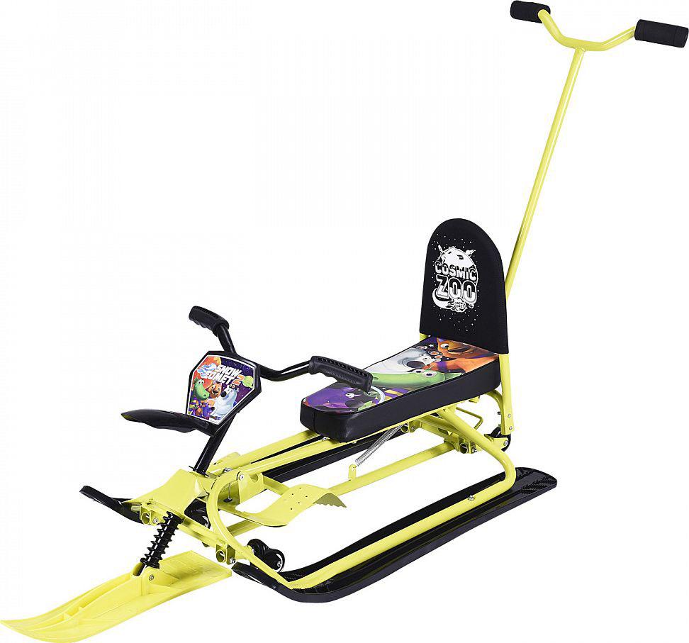 Снегокат-трансформер Small Rider Snow Comet 2 Deluxe, с колесиками, спинкой и толкателем, цвет: желтый1373660Представляем обновленную версию уникального и популярного снегоката-трансформера, эксклюзивно разработанного компанией Мегарион - Small Rider Snow Comet - второе поколение снегоката (Смолл Райдер Снежная Комета). В данной усовершенствованной модели доступно две модификации: стандарт и делюкс. В обеих версиях Сноу Комет 2 новшествами являются вело-руль, который позволит теперь не нагибаться, а сидеть прямее, в более естественной позе. Также таким рулем более интересно и проще управлять. Потрясающим нововведением стали поворотные на 360 градусов передние колеса. Благодаря им поворачивать на снегокате стало проще. Ещё добавлены декоративный брызговик и красивая табличка Космический зоопарк спереди. В Сноу Комет 2 Делюкс в комплекте идет съемная ручка-руль-толкатель, которая позволит Вам везти детей более безопасно, когда они всегда у Вас перед глазами, а благодаря жесткой сцепке (по сравнению с тросом) вы сможете лучше управлять направлением снегоката. Внимание! У ручки-толкателя есть небольшой люфт, поскольку она съемная. Это является допустимым, и никак не сказывается на управлении и надежности. Также в версии Делюкс в комплекте идет рулетка-трос. Благодаря ей буксировочный тросик не будет болтаться - особенно это неудобно при спуске, а будет компактно автоматически смотан. На рулетке стилистически нанесены лапы от волка из Космического зоопарка. Карабин рулетки зацепляется за одно из двух отверстий в передней лыже. При катании с горки смотайте его до минимума и плотно установите в углубление на передней лыже. Цвет рулетки может варьироваться. Снегокат может переключаться с лыж на колеса и потом обратно на лыжи. Для переключений не требуется инструмента! Переключение в режим колеса осуществляется с помощью нажатия вниз на педаль, расположенную сзади снегоката, а для возврата снегоката в режим лыжи нужно нажать на два паза и потянуть педаль вверх. Все просто - 