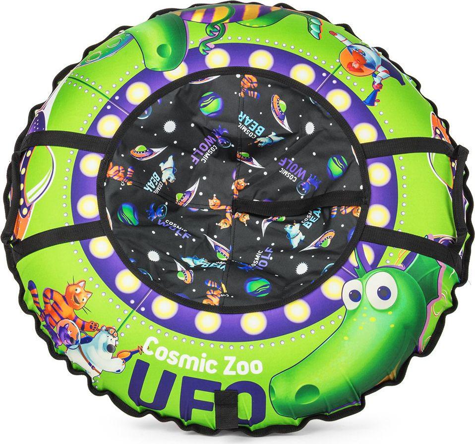 Тюбинг Small Rider Cosmic Zoo UFO. Динозаврик, цвет: зеленый, 95 см472064Настоящее игрушечное НЛО.Это настоящая космическая летающая тарелка, на которой можно совершать полеты со снежных горок. Веселые персонажи Космического Зоопарка - волк, тигренок, динозаврик и медвежонок прилетели с планеты Мегарион, чтобы поиграть с Вашим малышом и прокатить на летающей тарелке. Яркие, красивые цвета надувных санок будут красиво смотреться на горке. Дизайн имеет все атрибуты настоящей летающей тарелки - аллюминаторы, обшивку. Для большей схожести нарисованы планеты и летающей корабли. Функциональность, надежность.У данных надувных санок есть по бокам ручки, за которые нужно держаться при спуске, а также тросик для подъема на горку. Санки-ватрушка Cosmic Zoo Ufo имеют в комплекте чехол и камеру. Верх чехла сделан из водонепроницаемой, особо прочной ткани Поли Оксфорд, а низ - из тентового глянцевого ПВХ высокой прочности. ПВХ обеспечивает отличное скольжение и повышенную прочность. Также он устойчив к морозам. Внутрь ватрушки вставляется автокамера, которая идет в комплекте. Большой максимально допустимый вес ездока.Санки-тюбинг Космический зоопарк выдерживают огромный вес ездока (до120 кг) - это позволяет кататься на них и детям, и взрослым.Плавайте на Cosmic Zoo UFO летом!Летающая тарелка не только съезжает со снежной горки, но и умеет плавать! После зимнего сезона ватрушку использовать летом для обучения плаванию или для игр на воде (например привязать к лодке), а также брать с собой к морю. Веселых Вам полетов на летающей тарелке Космик ЗооПравила накачки ватрушек:1. Цветной чехол необходимо разложить на ровной поверхности, расправить. 2. В чехле необходимо расстегнуть молнию и аккуратно вложить в нее камеру ниппелем вниз, расправив ее. 3. Накачивать необходимо авто-компрессором (от прикуривателя, например) или стационарным компрессором. 4. Качайте, пока автокамера не заполнит весь чехол и ватрушка не расправится (исчезнут основные складки). Надувные санки должны стать упруг