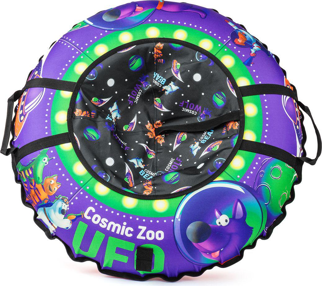 Тюбинг Small Rider Cosmic Zoo UFO. Волк, цвет: фиолетовый, 95 см472067Настоящее игрушечное НЛО.Это настоящая космическая летающая тарелка, на которой можно совершать полеты со снежных горок. Веселые персонажи Космического Зоопарка - волк, тигренок, динозаврик и медвежонок прилетели с планеты Мегарион, чтобы поиграть с Вашим малышом и прокатить на летающей тарелке. Яркие, красивые цвета надувных санок будут красиво смотреться на горке. Дизайн имеет все атрибуты настоящей летающей тарелки - аллюминаторы, обшивку. Для большей схожести нарисованы планеты и летающей корабли. Функциональность, надежность.У данных надувных санок есть по бокам ручки, за которые нужно держаться при спуске, а также тросик для подъема на горку. Санки-ватрушка Cosmic Zoo Ufo имеют в комплекте чехол и камеру. Верх чехла сделан из водонепроницаемой, особо прочной ткани Поли Оксфорд, а низ - из тентового глянцевого ПВХ высокой прочности. ПВХ обеспечивает отличное скольжение и повышенную прочность. Также он устойчив к морозам. Внутрь ватрушки вставляется автокамера, которая идет в комплекте. Большой максимально допустимый вес ездока.Санки-тюбинг Космический зоопарк выдерживают огромный вес ездока (до120 кг) - это позволяет кататься на них и детям, и взрослым.Плавайте на Cosmic Zoo UFO летом!Летающая тарелка не только съезжает со снежной горки, но и умеет плавать! После зимнего сезона ватрушку использовать летом для обучения плаванию или для игр на воде (например привязать к лодке), а также брать с собой к морю. Веселых Вам полетов на летающей тарелке Космик ЗооПравила накачки ватрушек:1. Цветной чехол необходимо разложить на ровной поверхности, расправить. 2. В чехле необходимо расстегнуть молнию и аккуратно вложить в нее камеру ниппелем вниз, расправив ее. 3. Накачивать необходимо авто-компрессором (от прикуривателя, например) или стационарным компрессором. 4. Качайте, пока автокамера не заполнит весь чехол и ватрушка не расправится (исчезнут основные складки). Надувные санки должны стать упругими