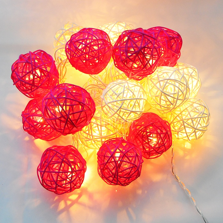 Гирлянда электрическая Гирляндус Розовая пантера, ротанг, 220В, 20 ламп, 3 м4670025842792Интерьерная гирлянда ручной работы. Шарики изготовлены из ротанговых прутиков вручную и окрашены натуральными красителями. При размещении возле стены они отбрасывают красивые узорные тени, подчёркивающие любой интерьер. В гирлянде используются низковольтные лампочки. Запасные лампочки и инструкция - в комплекте. Общая длина гирлянды - 4.2 метра. Длина гирлянды от первого шарика до последнего - 3 метра.