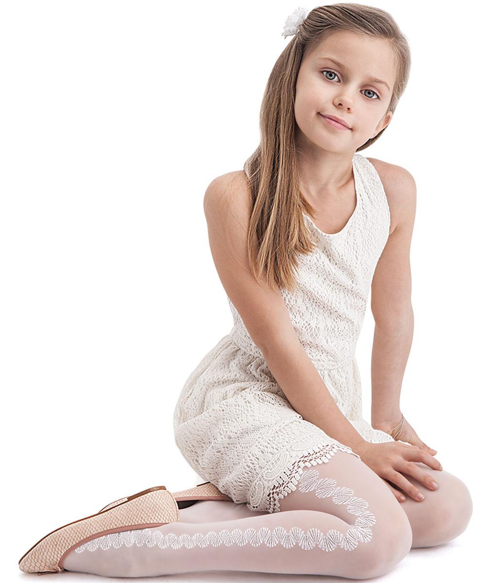 Колготки для девочек Knittex Fabiana, цвет: белый. Размер 134/140FabianaОднотонные прозрачные колготки Knittex Fabiana для девочки плотностью 20 den с продольным рисунком в виде цветочного орнамента по всей длине ноги. Без шортиков. Плоские швы. Высокая талия. Широкая комфортная резинка. Укрепленный мысок.