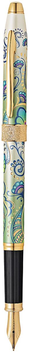 Cross Ручка перьевая Botanica Зеленая лилияAT0646-4MFАмериканская компания CROSS – один из старейших брендов среди производителей пишущих инструментов и деловых аксессуаров. Компания была основана в 1846 году ювелиром Ричардом Кроссом и изначально специализировалась на производстве роскошных ручек из драгоценных металлов и ювелирных корпусов для карандашей, тисненных золотом и серебром. На протяжении долгих лет пишущие инструменты CROSS остаются классическим выбором для подарка.Ручка CROSS — это оригинальный персонгальный подарок и неотъемлемый элемент вашего стиля.Это голос доверия,который создает долгосрочные отношения между людьми и обогащет смыслом драгоценные моменты.Каждая ручка CROSS имеет пожизненную механическую гарантию.Ручка перьевая Cross Century II Botanica, Green Daylily GT (Перо M) / АРТИКУЛ: AT0646-4MFПеро: нержавеющая сталь. Отделка пера: оригинальная гравировка, позолота 23 Kt. Корпус: ювелирная латунь. Механизм: съемный защелкивающийся колпачок. Система заправки: картриджно-конвертерная. Отделка: оригинальный рисунок Green Daylily, специальное покрытие 23 Kt. золотом с оригинальной алмазной гравировкой, отдельные элементы дизайна - позолота 23 Kt. Размеры ручки: длина - 15,5 см, максимальная ширина (диаметр) -1,09 см. Вес ручки: 27 гр. Цвет: зеленый с рисунком / золото. Особенности:поставляется в специальной подарочной упаковке. возможно использование чернильных картриджей Cross.Сегодня на подиумах царствуют цветочные мотивы, и компания Cross создала два инновационных модных дизайна для уникальной коллекции Botanica: Черная Примула и Зеленая Лилия. Созданная под впечатлением природных узоров, эта серия ручек украшена роскошными принтами цветов. Нежные соцветия расцветают на корпусах, покрытых многослойным лаком цвета слоновой кости с металлическим отливом.Перьевая ручка Сross AT0646-4MF:Перо среднего размера (M) для письма средним шрифтом (со слабым или нормальным нажимом); Тонкий срез пера способствует гладкости написания; Перо имеет наконечник и