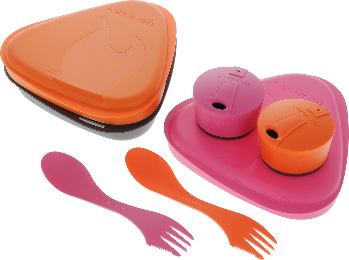 Набор посуды Light My Fire Packn Eat Kit, цвет: розовый, оранжевый, серый, 7 предметов50689340Набор посуды Light My Fire отлично подходит для города и отдыха на природе. Компактен, легок. Не тонет в воде. Набор можно мыть в посудомоечной машине и использовать для разогрева пищи в микроволновой печи. В набор входит: 1 контейнер объемом 900 мл; 2 тарелки объемом по 300 мл, их можно использовать как крышки для контейнера; 2 ловилки длиной 17 см, которые сочетают в себе ложку, вилку и нож; 2 складных стакана объемом по 260 мл, которые вытягиваются для питья и складываются для транспортировки; эластичный ремень для фиксации крышки и контейнера. Превосходный выбор, чтобы разделить обед с другом. С таким набором не возможно остаться незамеченным.