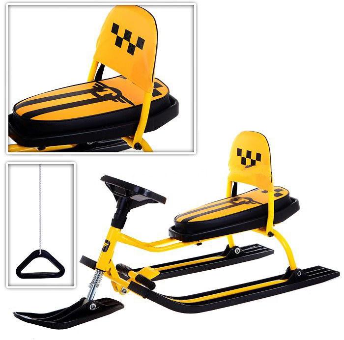 Снегокат Барс Comfort. Такси, со складной спинкой, цвет: желтый1409918Снегокат со складной спинкой Comfort. Такси - настоящее средство передвижения для главного водителя. Новинка для зимы 2017-18 года, с усиленной конструкцией, станет для вашего ребенка желанным подарком. Ребенок сможет наслаждаться поездкой на снегокате, ведь для этого все предусмотрено: мягкое сиденье с удобной складывающейся спинкой; удобный руль и управление; широкие, устойчивые лыжи из прочного пластика; амортизатор на передней лыже и, конечно, сам дизайн, позволяющий почувствовать себя настоящим водителем такси. Снегокат имеет помимо всего прочего важнейшее новшество - складную спинку. Когда она вам не нужна, вы можете просто сложить ее и кататься как вам удобно. На данном снегокате с такой спинкой и мягким сиденьем (на сиденье можно еще надеть утепленный чехол) можно уехать далеко по снежным дорогам и насладиться крутым спуском!